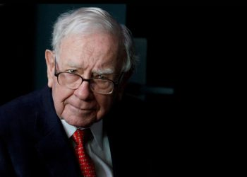FILE PHOTO: Warren Buffett, CEO of Berkshire Hathaway Inc, pauses while playing bridge as part of the company annual meeting weekend in Omaha, Nebraska, U.S. May 6, 2018. REUTERS/Rick Wilking/File Photo