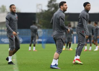 Paris Saint-Germain's Argentinian forward Lionel Messi (C), Brazilian forward Neymar (L) and French forward Kylian Mbappe take part during a training session at the club's Camp des Loges training ground in Saint-Germain-en-Laye on September 27, 2021 on the eve of their UEFA Champions Leage first round group A football match against Manchester City. (Photo by FRANCK FIFE / AFP)