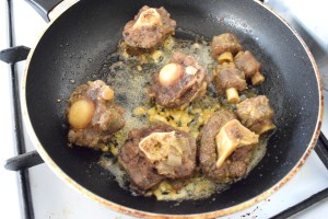 stir fry oxtail in garlic