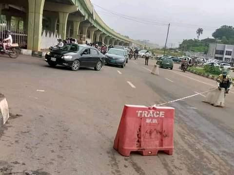 PHOTOS: Traders trapped under loads of farm produce as truck crashes in Abeokuta