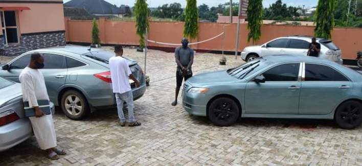 EFCC arrests brothers, three others for alleged internet fraud in Ibadan, recovers 4 cars, laptops
