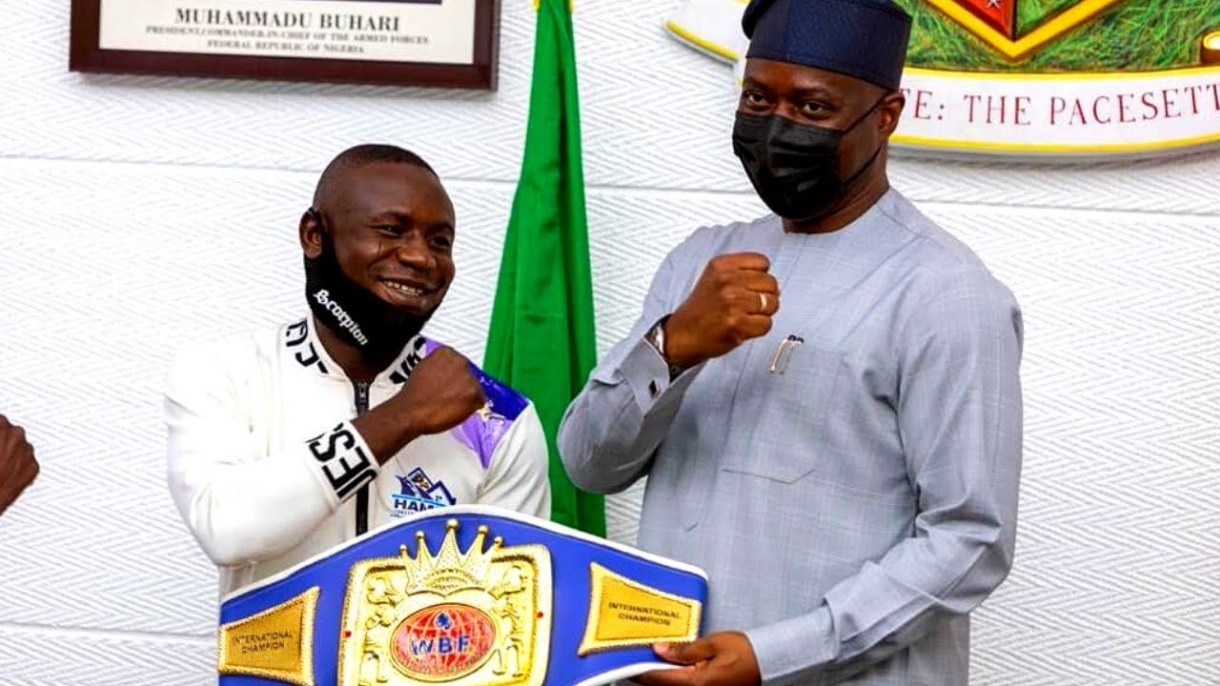 Makinde gifts boxer Ridwan Oyekola N10million