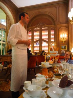 Le chef pâtissier/The pastry chef: François Perret,