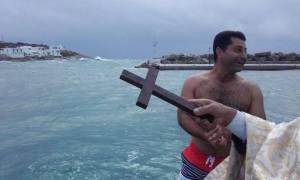 Δήμαρχος έπιασε τον Σταυρό στη Σίκινο