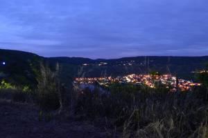 Nächtlicher Blick vom Moselsteig auf Trittenheim und den Leiwener Ortsteil Zummethof,