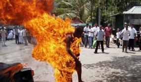 """بعد بائعة البغرير.. مالك """"تريبوتور"""" يضرم النار في نفسه أمام درك تارودانت"""