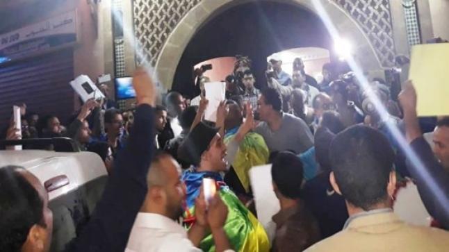 """محتجون بتيزنيت يحاصرون قاعة يحاضر فيها أبوزيد بسبب نكتة """"البخيل"""""""