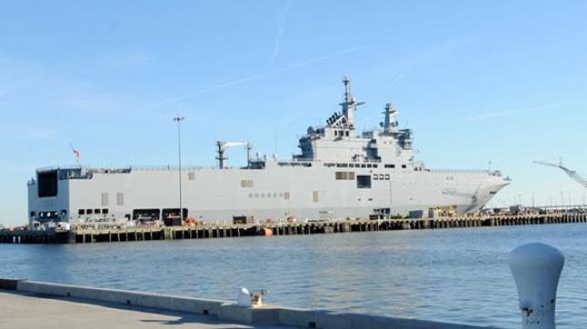 سفينة حربية ضخمة ترسو بميناء أكادير