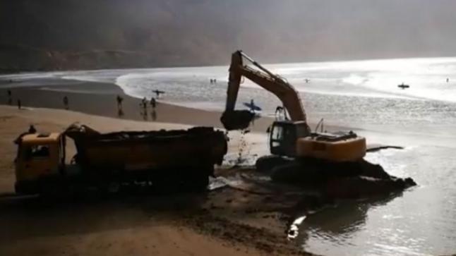 """وزارة التجهيز توضح حقيقة """"نهب"""" رمال شاطئ ضواحي أكادير"""