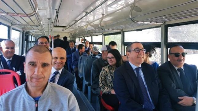"""وزير الثقافة يصعد إلى قصبة """"أكادير أوفلا"""" بحافلة للنقل الحضري ألزا (صور)"""