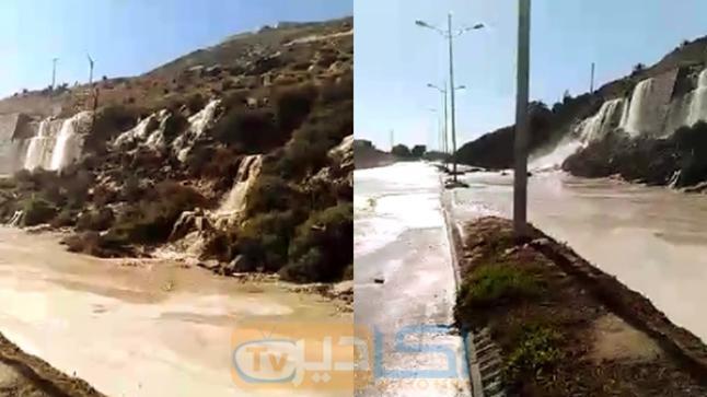 بالفيديو.. شلال من المياه الصالحة للشرب بعد انفجار أنبوب ضخم قرب ميناء أكادير