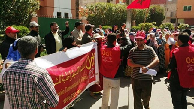عشرات العمال الزراعيين يحتجون باشتوكة بعد طردهم من العمل