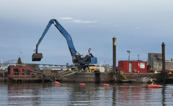September 2020: Clamshell lifts sediment from barge to place in pump mechanism. Photo: Stephanie Hemphill