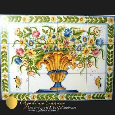 La forma in terracotta è stampata e modellata a mano. Pannelli Ceramica Di Caltagirone Dipinti A Mano Vaso Con Fiori Multicolore