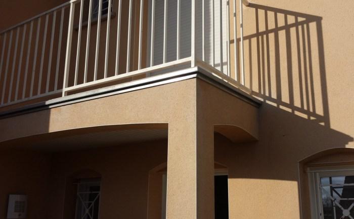 Baguette autour d'un balcon pour éviter les salissures (Taissy)