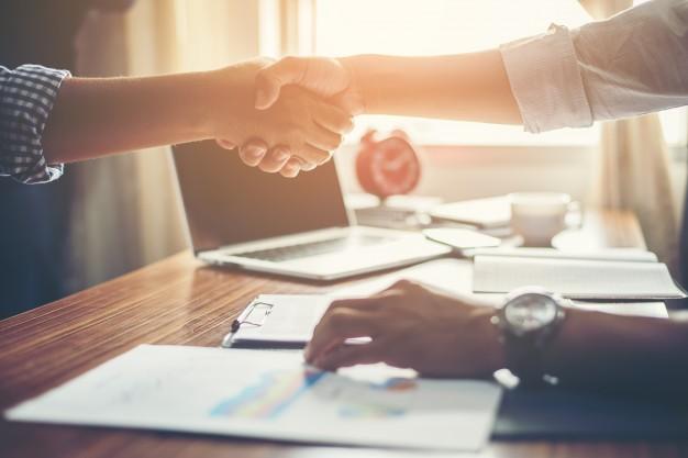 Programa de parceria - business people handshake greeting deal at work 1150 645 - Programa de parceria
