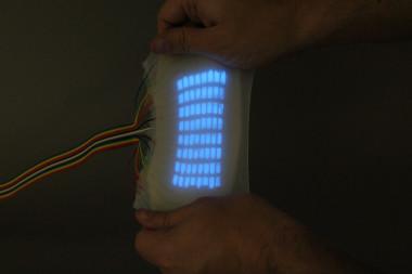 <p>El dispositivo mide 5 mm de espesor y cada uno de los píxeles mide 4 mm. Puede deformarse y estirarse./Science, Organic Robotics Lab at Cornell University</p>