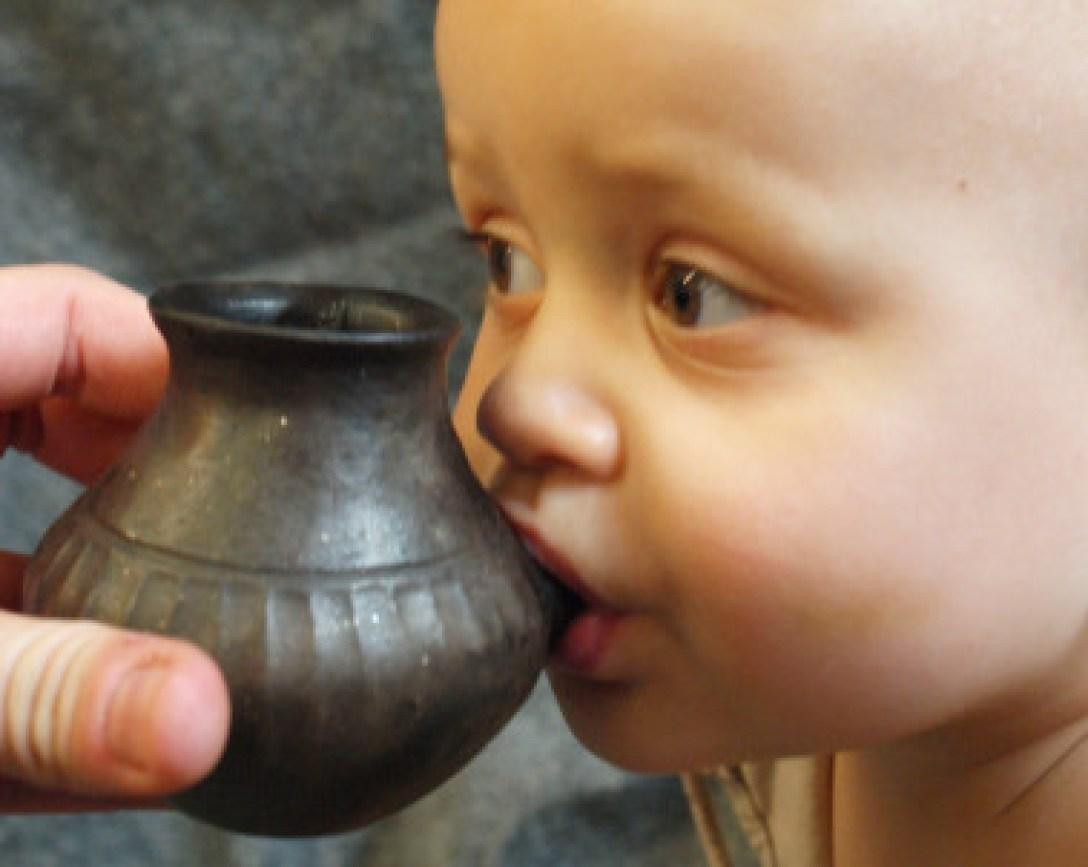 <p>Bebé actual alimentado a partir de un recipiente reconstruido a semejanza del que se describe en el estudio de <em>Nature</em> / Helena Seidl da Fonseca</p>