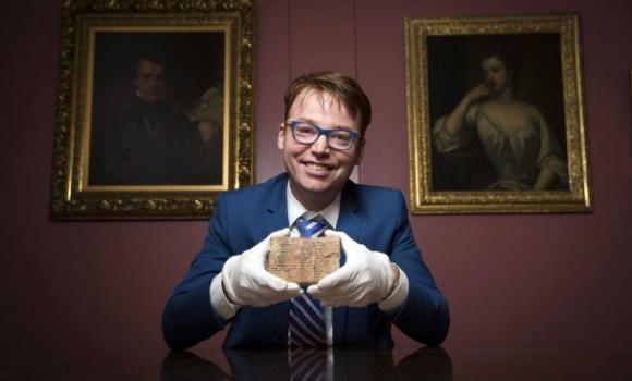 El profesor Daniel Mansfield enseña la tablilla Plimpton 322, que se conserva en la Biblioteca de Manuscritos y Libros Raros de la Universidad de Columbia, en Nueva York. / UNSW/Andrew Kelly
