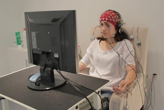 Una de las alumnas durante el estudio / Desiré Maya (UGR)
