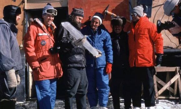Claude Lorius junto a científicos soviéticos y estadounidenses observando una muestra de hielo en Vostok en 1984.