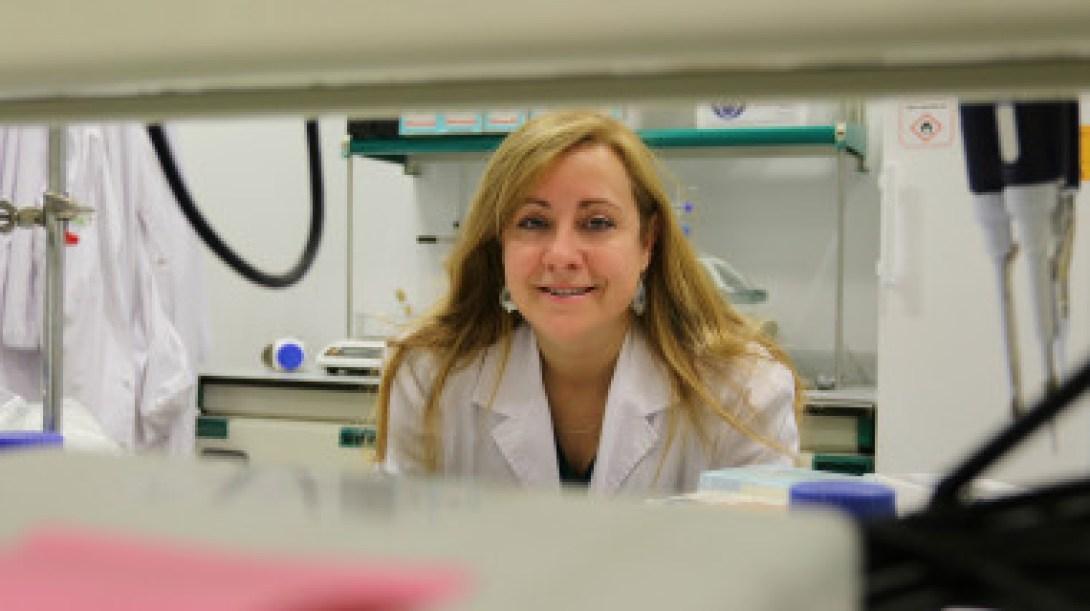 <p>Silvia Muro en su laboratorio del IBEC. / IBEC</p>