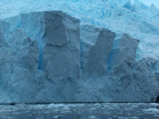 "<p>Corte en la capa de hielo antártica / <a href=""https://es.wikipedia.org/wiki/Indlandsis#/media/File:Austral-Ice.jpg"" title=""User:Apcbg"" target=""_blank"">Apcbg</a>.</p>"