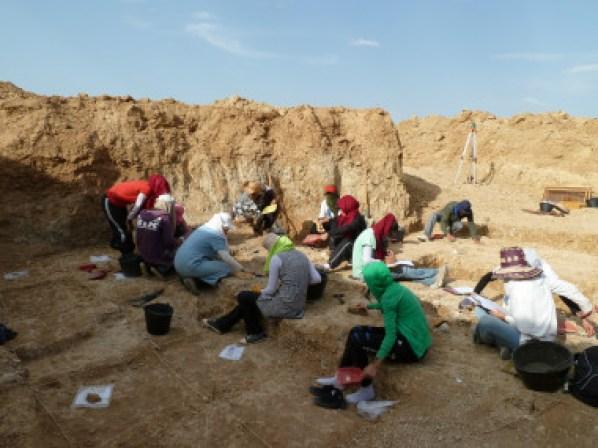 <p>Miembros del equipo de Ain Hanech excavando en Ain Boucherit / Sahnouni et al.</p>