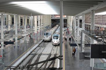 interior de la estación de trenes de AVE de Atocha en Madrid