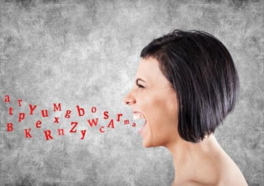 <p>Los nombres femeninos se procesan con más facilidad si están dichos por una mujer. / UGRdivulga.</p>