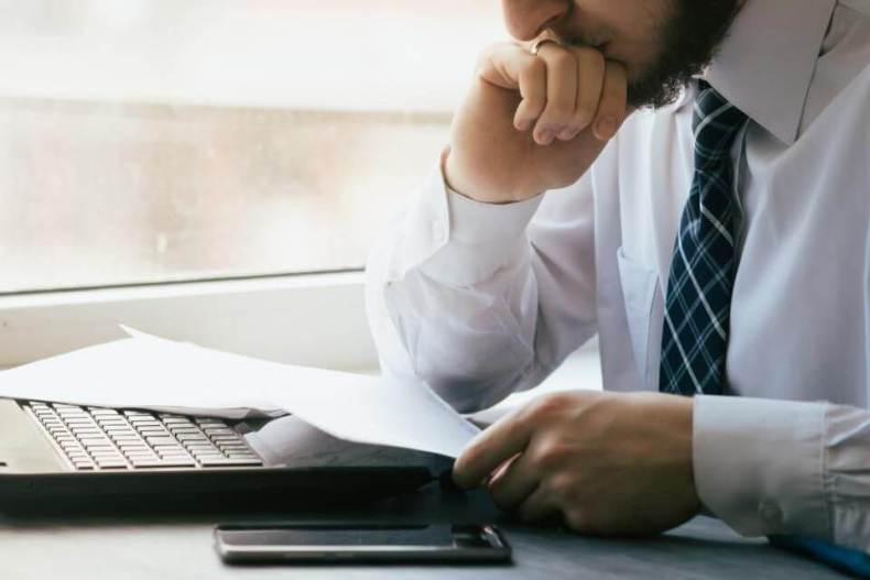 Homem enfrenta site não alinhado aos objetivos de marketing de sua empresa.