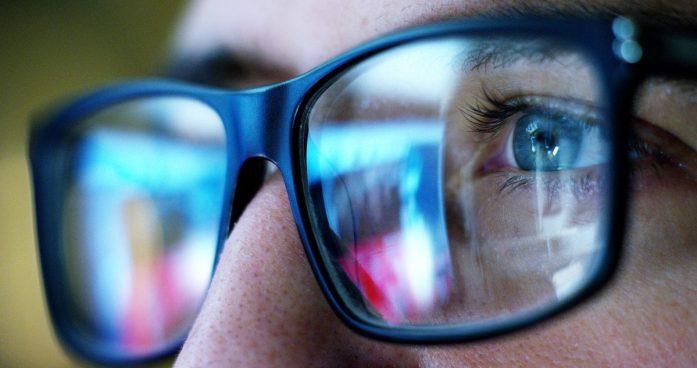 mlado žensko lahko doleti sindrom računalniškega vida zaradi pretirane uporabe računalnika