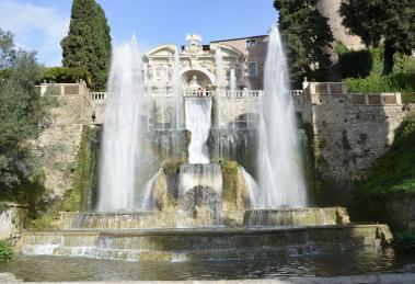 Alle pendici dei Monti Tiburtini, immersa nella campagna romana, troviamo la panoramica città di Tivoli, meta ideale per una passeggiata fuori porta a Pasqua,a poca distanza da Roma.