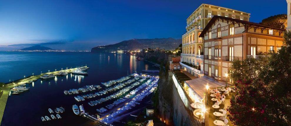 Crocevia di celebrità, artisti e turisti internazionali, questo cinque stelle lusso vanta una vista incantevole sul Golfo di Napoli e sul Vesuvio.