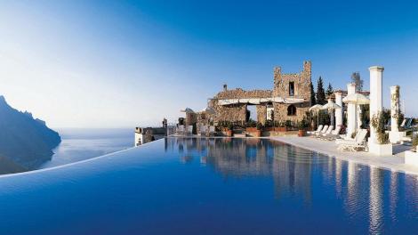 """Tra le 10 più belle """"Infinity Pool"""" del mondo,  c'è quella campana del Belmond Hotel Caruso di Ravello, una """"perla"""" affacciata sul mare della costiera amalfitana, ubicato in un'antica dimora dell'XI secolo."""