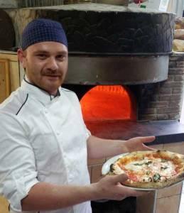 Lorenzo Grimaldi il pizzaiolo del ristorante Minù.