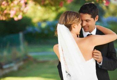 Anche per la scelta dell'abito da cerimonia per lo sposo è bene seguire regole ferree, per evitare di sfigurare al cospetto della propria compagna.