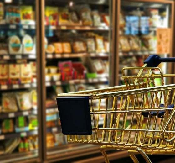 Con il Coronavirus che imperversa in tutta Italia, non ci sono più soldi e dopo l'assalto ai negozi ora c'è chi ruba i sacchetti della spesa.