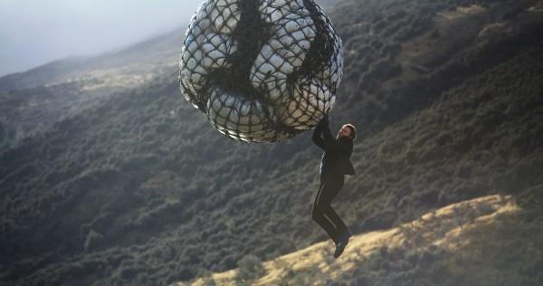 """Képtalálat a következőre: """"tom cruise climbing on rope helicopter"""""""