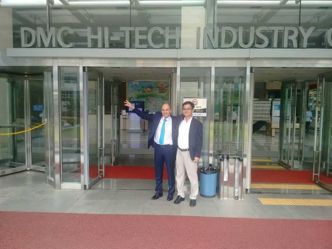 Alain Bourcier devant le Digital Media City (DMC) de Séoul, un haut lieu du high-tech asiatique.