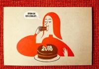 """Donna che mangia torta di cioccolato dicendo """"speriamo sia cioccolata"""""""