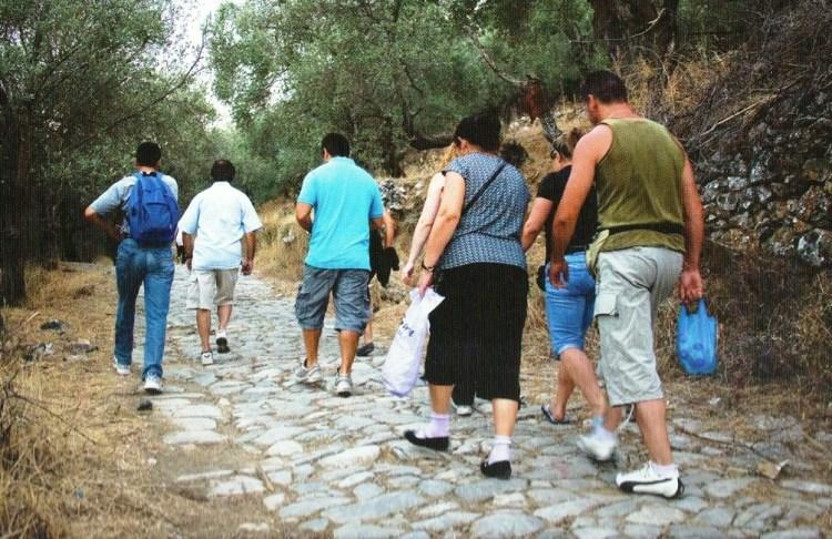 Ταματάρηδες ανεβαίνουν στην Αγιάσο από την πατουμένη της Καρύνης.