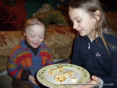 Agi K makes pancakes for her little sister