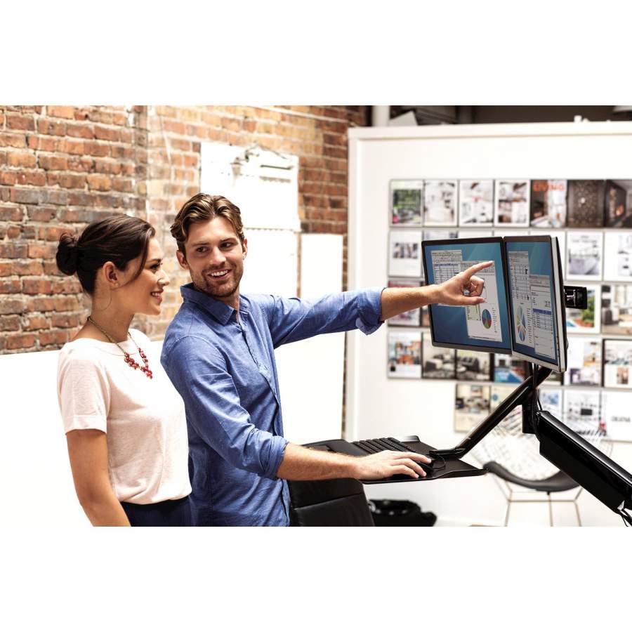 Steh-Sitz-Arbeitsplatz, Mitarbeiter, Mitarbeitermotivation, gegen Rückenschmerzen, Teamwork, Mitarbeiterkommunikation, Arbeitsplatz, Gesundheit im Büro