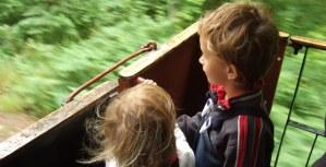 Barn på plattformen. Foto: René Pabst