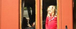 Flicka tittar ut genom fönstret på en av vagnarna. Foto: René Pabst