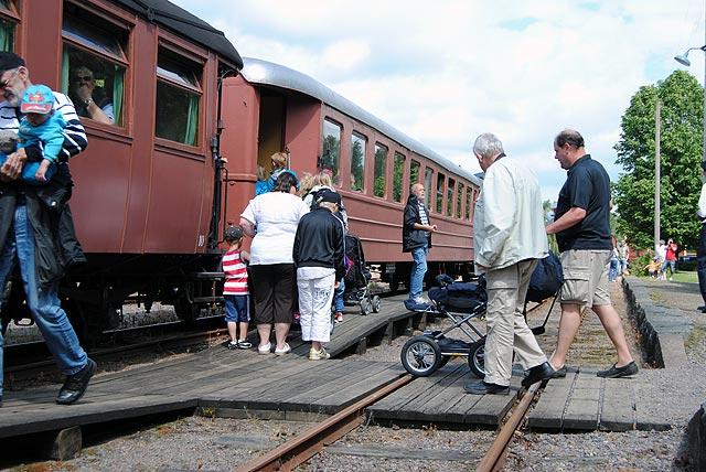 Påstigande på tåget i Anten. Foto: Patrik Engberg