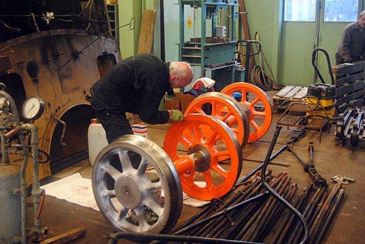 Några av hjulen till VGJ 31 har kommit tillbaka. Här pågår grundmålning av dessa. Foto: Patrik Engberg