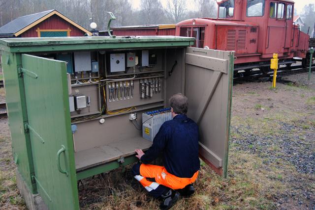 Översyn och genomgång av signalskåp och signalutrustning inför trafiksäsongen. Foto: Patrik Engberg