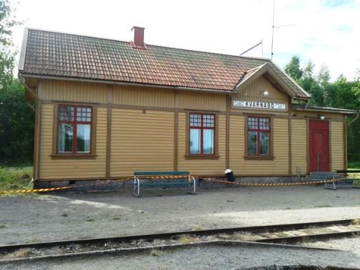 Kvarnabo stationshus målas. Foto: Alexander Lagerberg